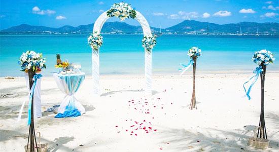 リゾートウェディングといえば軽井沢や北海道、沖縄と国内でも屈指のリゾート地で挙げる式も人気がありますね!